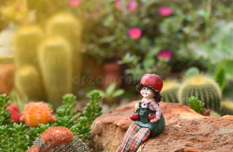 Puppen im Garten stockfoto