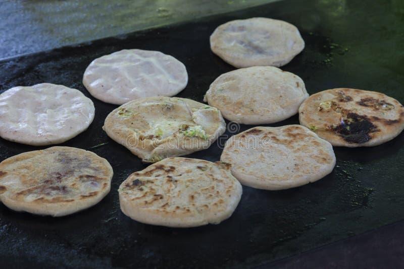 Pupusas в ресторане улицы стоковые изображения rf