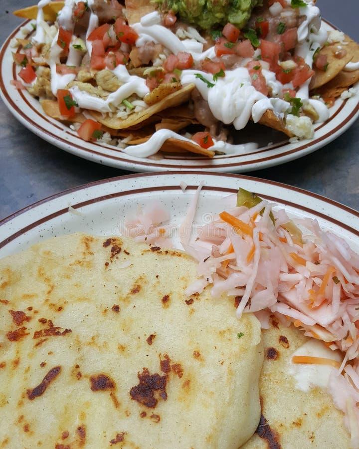 Pupusas en nachos stock afbeeldingen