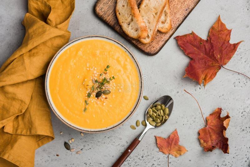 Purè della minestra della zucca o minestra della crema in ciotola fotografia stock libera da diritti