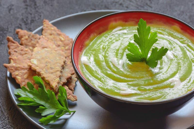 Purè vegetariano della minestra dei piselli immagine stock