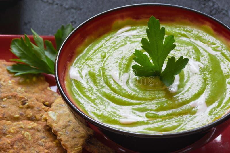 Purè vegetariano della minestra dei piselli immagini stock libere da diritti