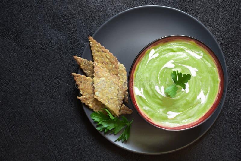 Purè vegetariano della minestra della proteina della disintossicazione di verdura fresca dei piselli immagine stock libera da diritti