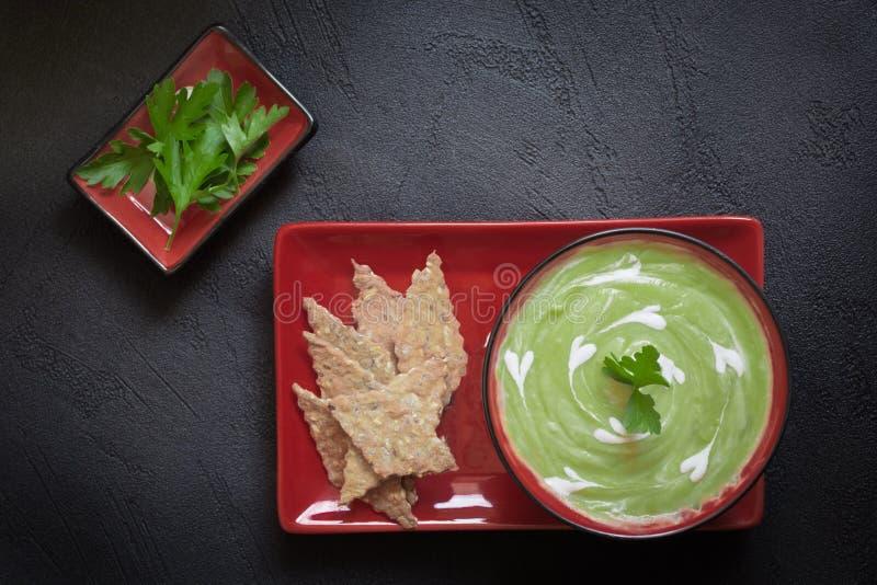 Purè vegetariano della minestra della proteina della disintossicazione di verdura fresca dei piselli fotografia stock