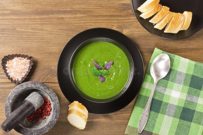 Puré cremoso delicioso de la sopa del bróculi imagenes de archivo