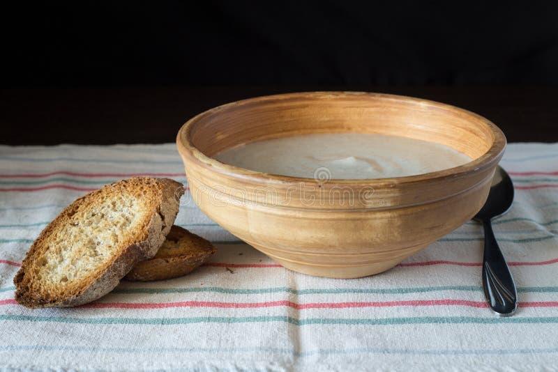 Puré de la sopa de champiñones en cuenco de cerámica con pan fotografía de archivo libre de regalías