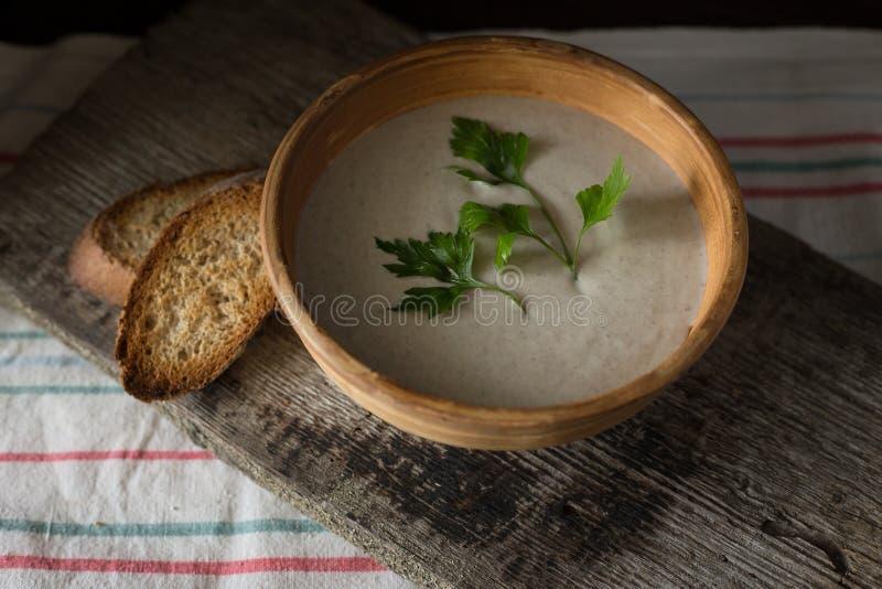 Puré de la sopa de champiñones en cuenco de cerámica con pan fotos de archivo libres de regalías