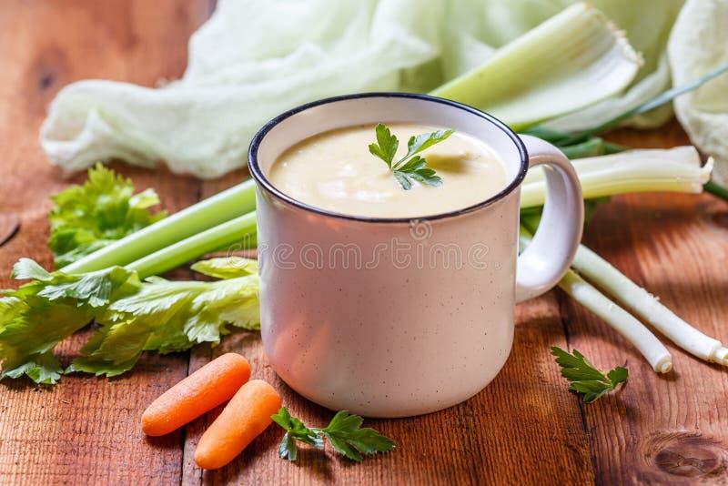 Puré de la sopa de verduras en una taza fotos de archivo