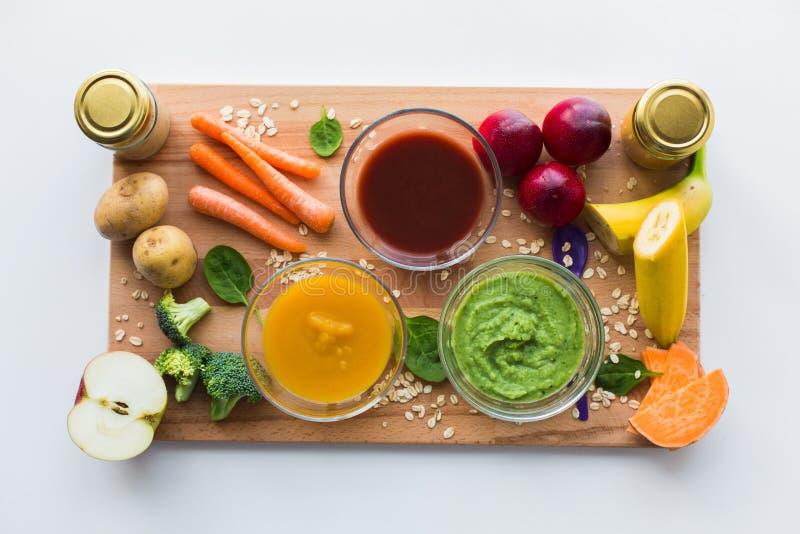 Puré vegetal ou comida para bebê nas bacias de vidro foto de stock royalty free