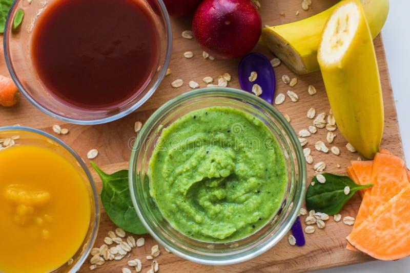 Puré vegetal ou comida para bebê nas bacias de vidro imagens de stock royalty free