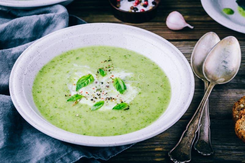 Purée crème végétale verte de soupe avec les épinards et le basilic images stock