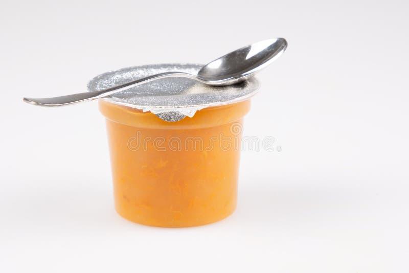 Purée de compote d'abricot de pêche ou confiture orange de sauce avec la cuillère image libre de droits