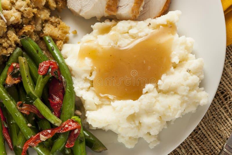 Purée de pommes de terre organique faite maison avec la sauce au jus
