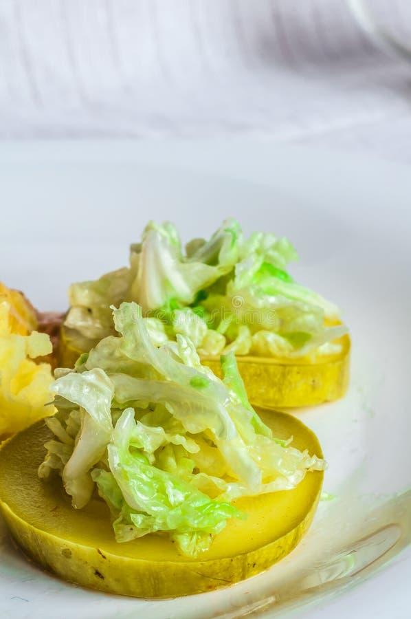 Purée de pommes de terre, tranches de viande de polytoe de sauce au jus de viande frite Salade de chou de chine image libre de droits
