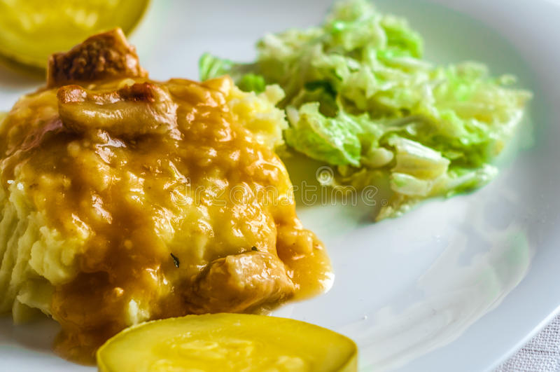 Purée de pommes de terre, tranches de viande de polytoe de sauce au jus de viande frite Salade de chou de chine photos stock