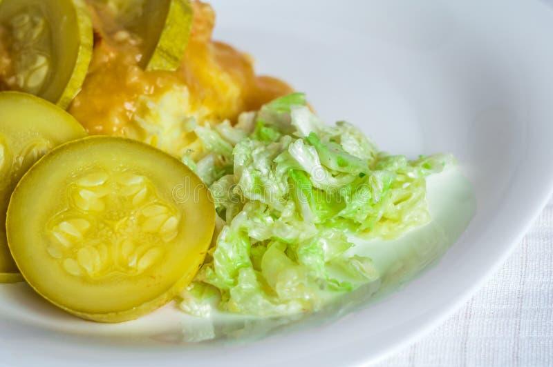 Purée de pommes de terre, tranches de viande de polytoe de sauce au jus de viande frite Salade de chou de chine photo stock