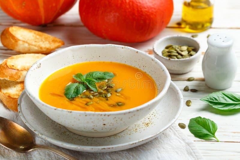 Purée végétarienne diététique de soupe à crème de potiron photo stock