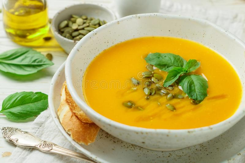 Purée végétarienne diététique de soupe à crème de potiron images libres de droits