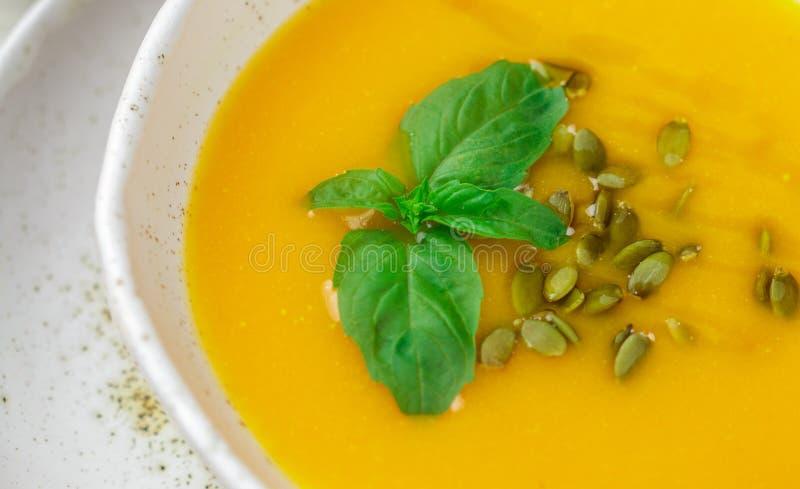 Purée végétarienne diététique de soupe à crème de potiron photos libres de droits
