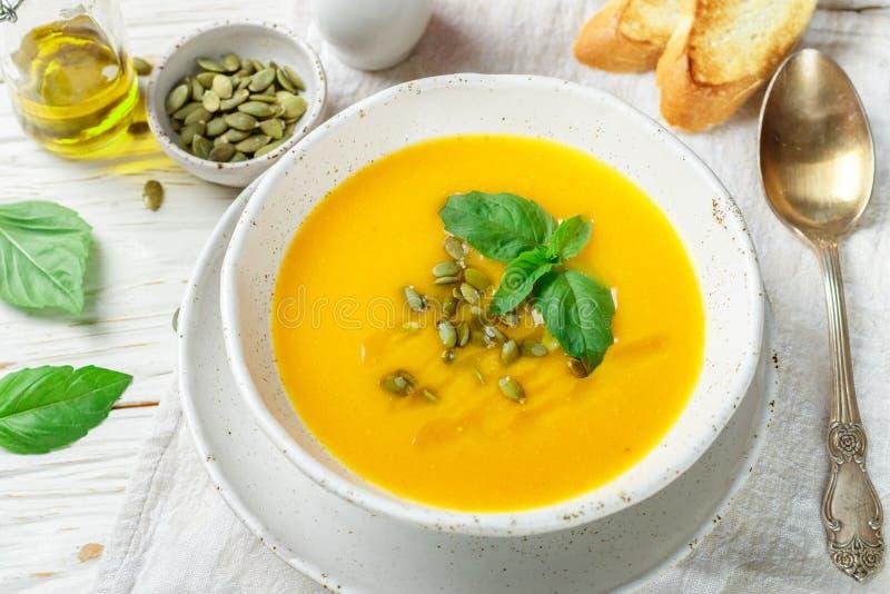 Purée végétarienne diététique de soupe à crème de potiron photos stock