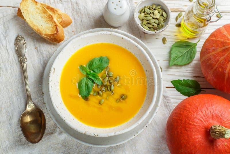 Purée végétarienne diététique de soupe à crème de potiron photographie stock