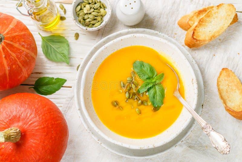 Purée végétarienne diététique de soupe à crème de potiron images stock