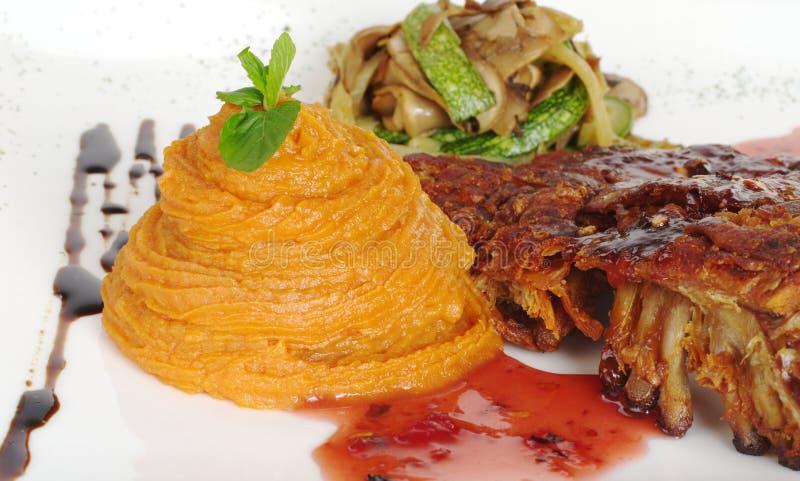Purés de batata doce com reforço e molho vermelho fotografia de stock
