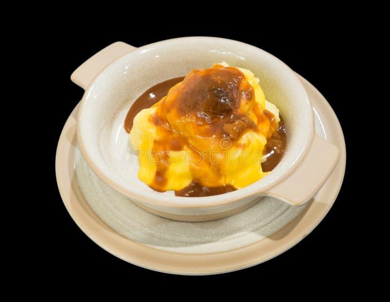 Purés de patata con el queso aislado en el ingenio negro del fondo fotografía de archivo libre de regalías