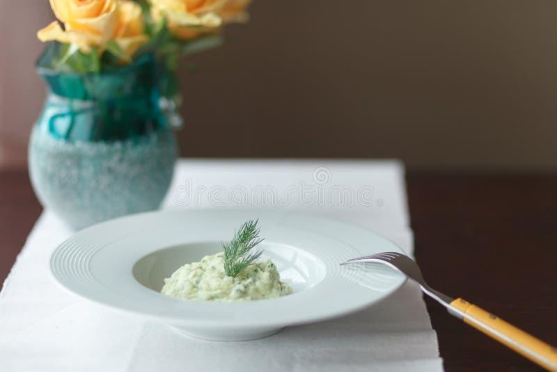 Purés de patata con eneldo en la placa blanca imagen de archivo libre de regalías