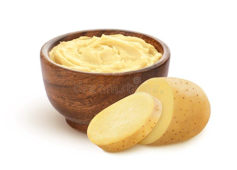 Purés de patata y patata cruda cortada aislados en el fondo blanco foto de archivo