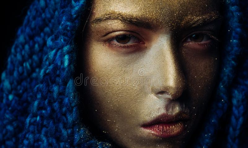 Or pur Concept de Vogue Peau d'or Joli visage de femme attirante avec la couleur m?tallis?e d'art de maquillage et de corps STATI photos stock