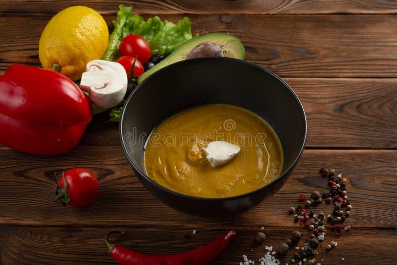 Pur?e chinoise de soupe dans un plat sur un fond en bois images libres de droits