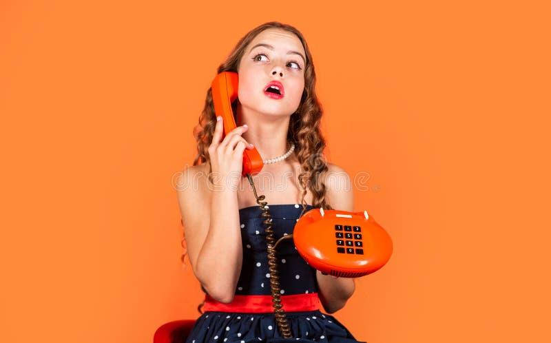 Pura bellezza stile retrospettivo concetto di comunicazione shopping online catadiottro al telefono bel ragazzo che parla fotografie stock libere da diritti