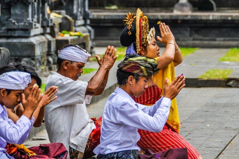 Pura Besakih寺庙的,巴厘岛,印度尼西亚祈祷的人 库存照片