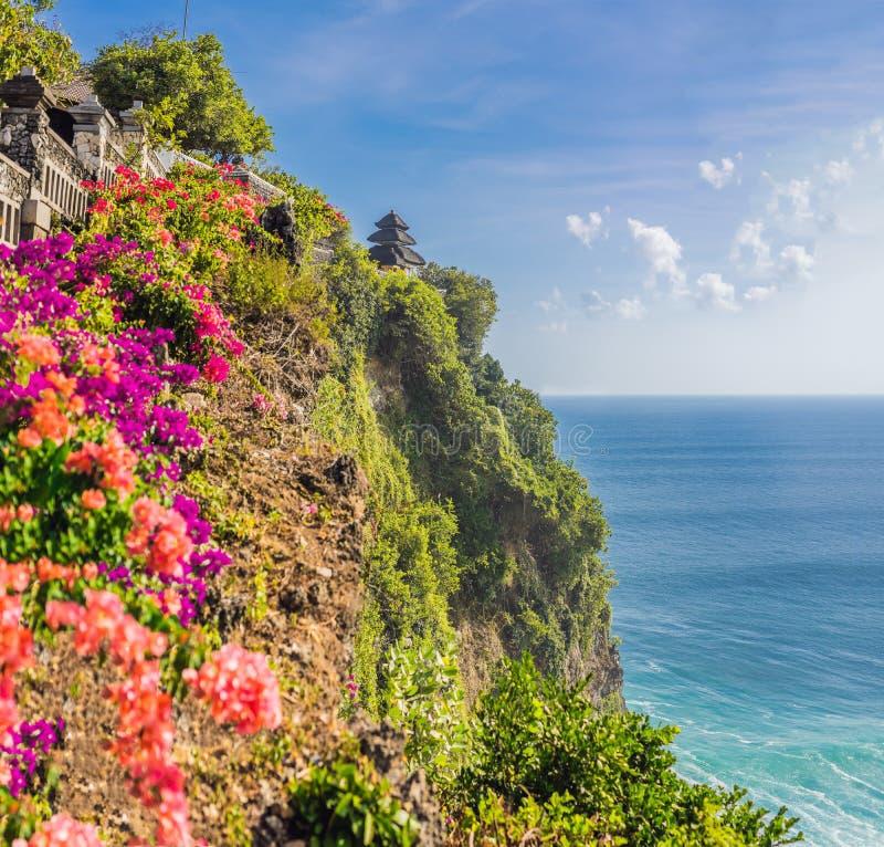 Pura Luhur Uluwatu寺庙,巴厘岛,印度尼西亚 惊人的风景-与蓝天和海的峭壁 库存照片