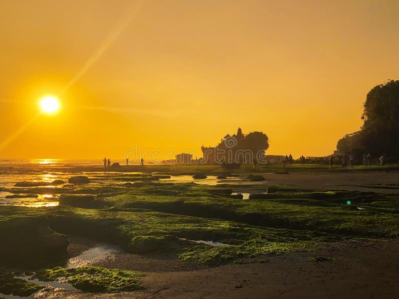 Pura Tanah在海滩的全部寺庙在日落 库存图片