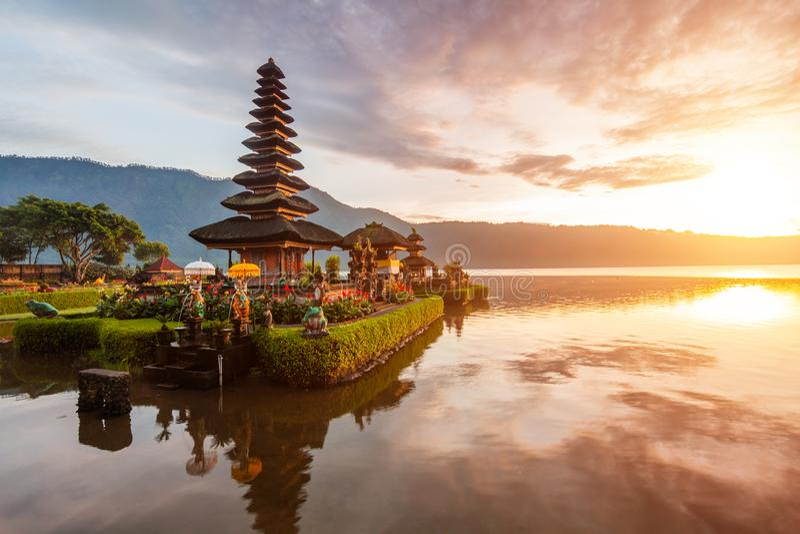 Pura Ulun Danu日出的寺庙全景在湖Bratan,巴厘岛,印度尼西亚 库存图片