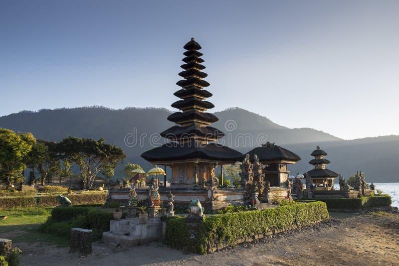 Pura Ulun Danu Bratan在日出巴厘岛,印度尼西亚的水寺庙 免版税图库摄影