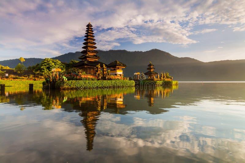 Pura Ulun Danu Bratan寺庙在巴厘岛 在花的印度寺庙在Beratan湖,亚洲 库存照片
