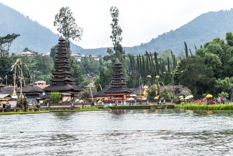 Pura Ulun Danu Bratan на восходе солнца, известном виске на озере, Bedugul, Бали, Индонезии Взгляд от озера стоковые фото