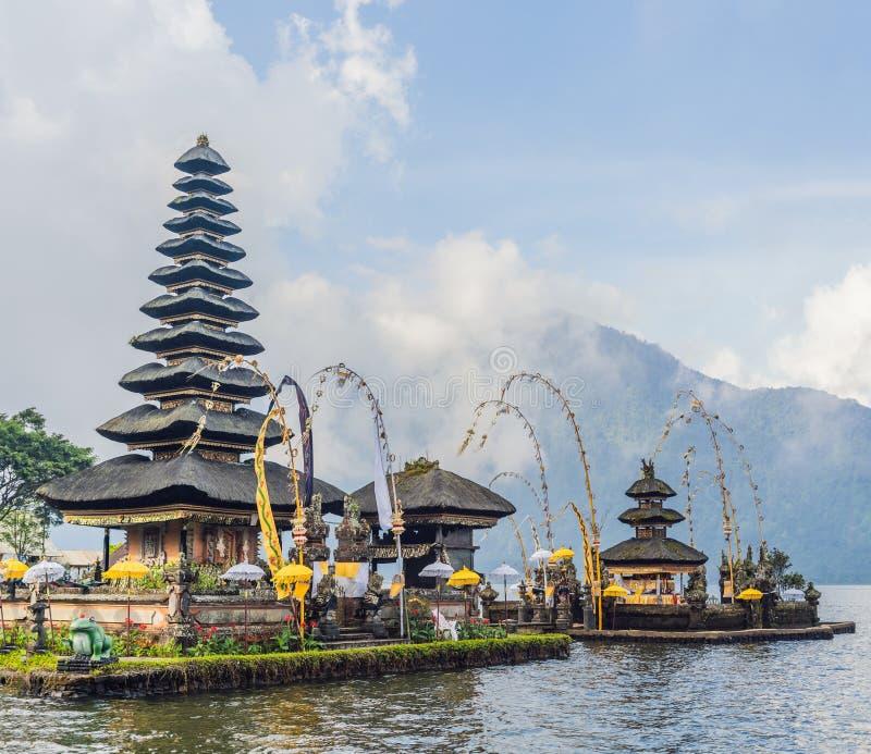 Pura Ulun Danu Bratan, Bali Templo hindú rodeado por las flores en el lago Bratan, Bali Templo del agua de Major Shivaite adentro imagenes de archivo