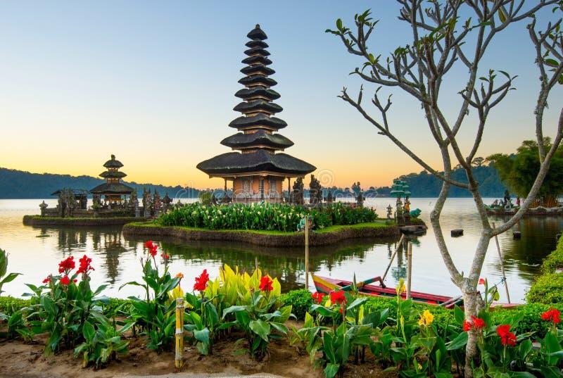 Pura Ulun Danu Bratan en la salida del sol, templo en el lago, Bedugul, Bali, Indonesia fotografía de archivo