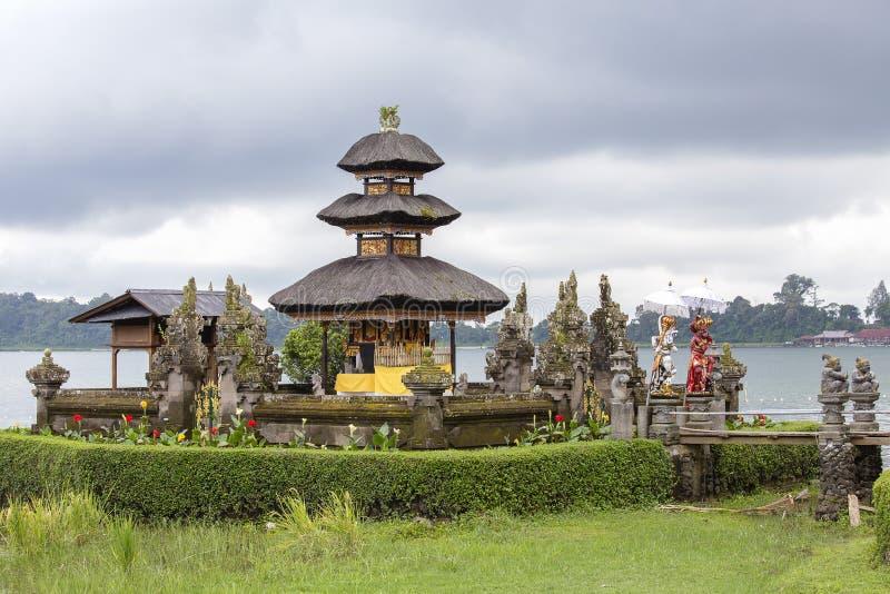 Pura Ulun Danu Bratan-tempel in het eiland van Bali Hindoese tempel in bloemen op Beratan-meer, Azië royalty-vrije stock foto