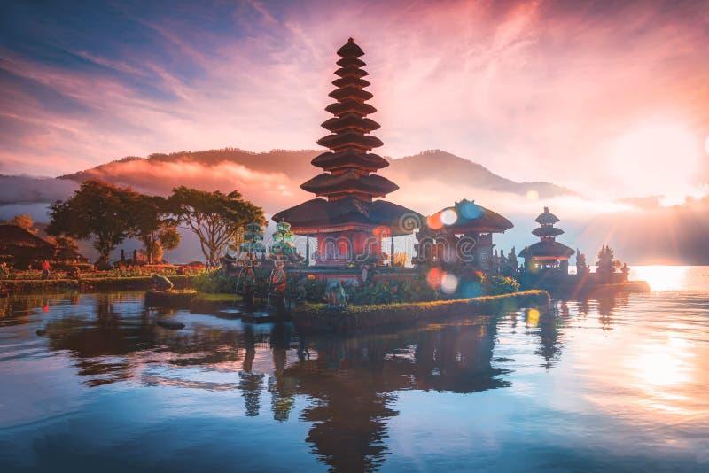 Pura Ulun Danu Bratan, tempio indù sul panorama del lago Bratan con lenti in fiamme all'alba a Bali, Indonesia fotografie stock libere da diritti