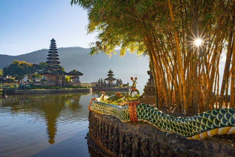 Pura Ulun Danu Bratan Temple en la salida del sol, un templo hindú con la montaña, lago, en la isla de Bali, Indonesia Paisaje na foto de archivo