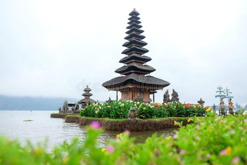 Pura Ulun Danu Bratan, un templo hindú rodeado por las flores en el lago Bratan, uno de la atracción turística famosa en Bali imagen de archivo libre de regalías