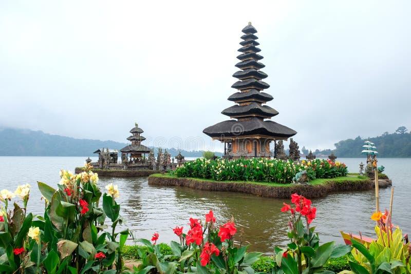 Pura Ulun Danu Bratan, un templo hindú rodeado por las flores en el lago Bratan, uno de la atracción turística famosa en Bali imágenes de archivo libres de regalías