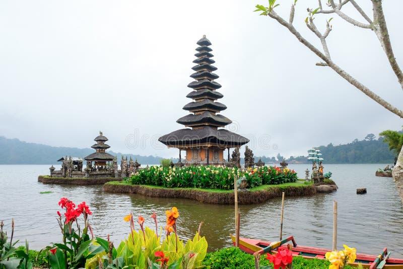 Pura Ulun Danu Bratan, un templo hindú rodeado por las flores en el lago Bratan, uno de la atracción turística famosa en Bali foto de archivo