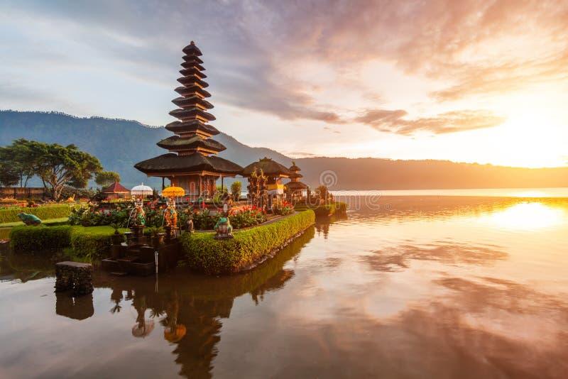 Pura Ulun Danu tempelpanorama på soluppgång på en sjö Bratan, Bali, Indonesien arkivbilder