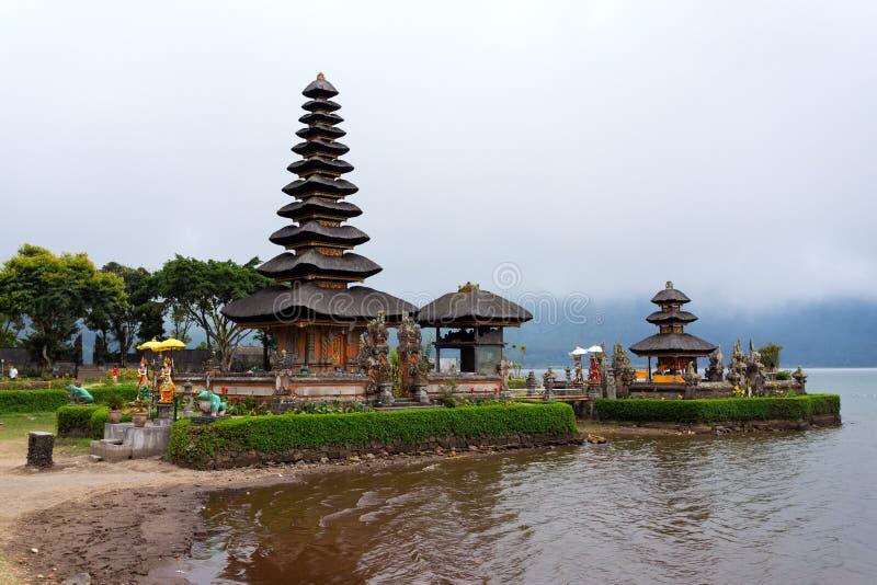 Pura Ulun Danu vattentempel Bali arkivbilder